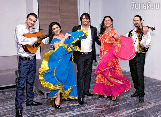 В холле гостей встречал цыганский ансамбль (в центре— Александр Бердников из группы «Корни»)