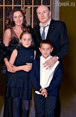Юбиляр с женой Настей, дочерью Полиной и сыном Денисом