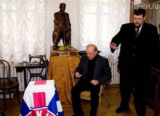 Валентин Дивин и Юрий Испарьянц пытаются угадать, что находится под покрывалом