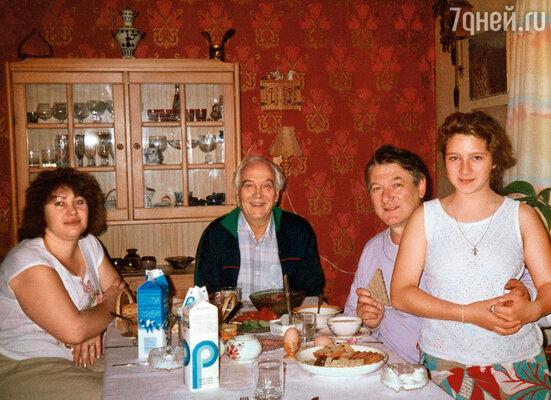 В гостях у папиного знакомого. Слева направо: Людмила, хозяин квартиры, папа и я. Хельсинки, 1990 год