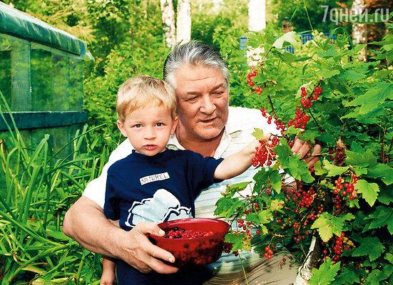 Папа и мой сын Костя на даче. Они были очень дружны