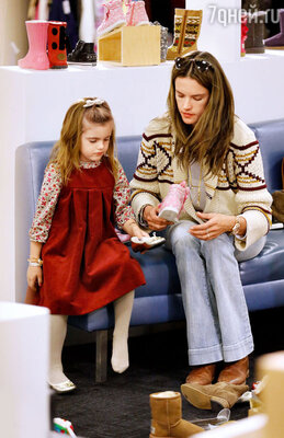 Модель Алессандра Амбросио покупает дочери Ане обувь соскидками