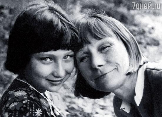 Мы с мамой. Когда у нее все ладилось в театре, она была светлой, доброй, искрящейся