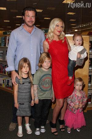 Тори Спеллинг (Tori Spelling) и Дин Макдермотт (Dean McDermott) с детьми