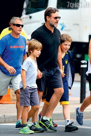 Рассел Кроу с сыновьями