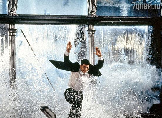 Когда огромный аквариум вресторане взорвали, научастников сцены обрушилось 16 тонн воды