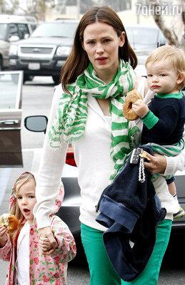 Дженнифер Гарнер с дочерью Серафиной  и сыном Сэмюэлем