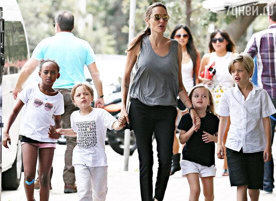 Анджелина Джоли  с дочерьми Захарой, Шайло, Вивьен и сыном Ноксом
