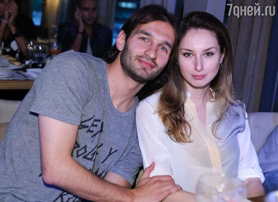 Футболист Ренат Сабитов со спутницей