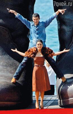 Антонио Бандерас и Сальма Хайек, представлявшие мультфильм «Кот в сапогах», на фоне исполинских сапог главного героя