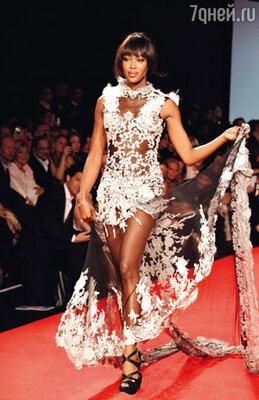 Наоми Кэмпбелл тряхнула стариной и сама вышла на подиум на благотворительном (в фонд жертвам землетрясения и цунами в Японии) модном дефиле