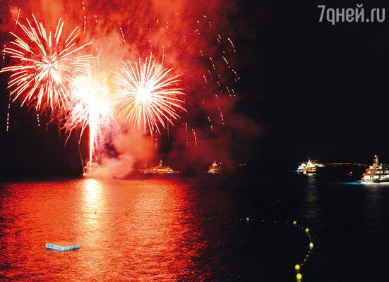 Праздничным салютом небо в Канне расцвечивалось всю фестивальную неделю — то по случаю кинопремьер, то по случаю вечеринок