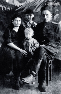 С папой Александром Александровичем и мамой Ниной Павловной. На этом фото мне 2,5 года, за спиной стоит старшая сестра Галя