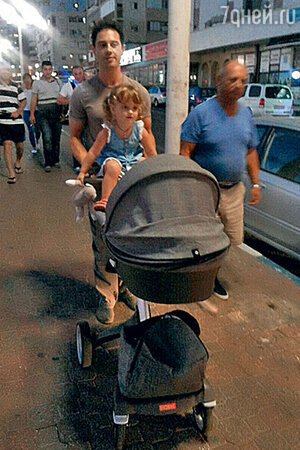 Антон Макарский на прогулке с дочкой Машей и сыном Ваней