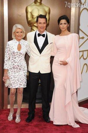 Мэттью Макконахи с женой Камилой Алвес и мамой