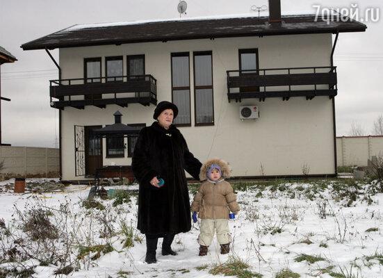 Мама Марата — Рауза Абдуловна с внучкой на прогулке возле загородного дома сына