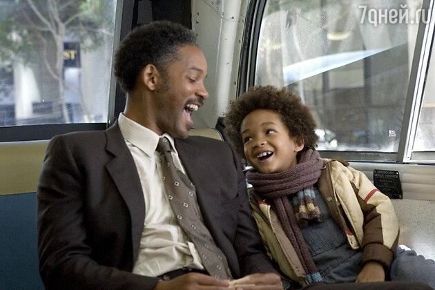 Уилл Смит с сыном Джейденом в фильме «В погоне за счастьем»