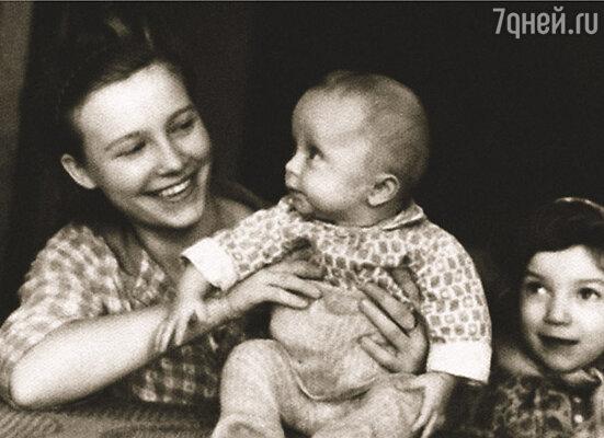 Отец любил про маму повторять: «Она очень красивая женщина. В ней столько огня, хоть в ядерный реактор заряжай...» Ваня с мамой