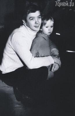Мои самые яркие семейные воспоминания связаны, конечно,  с детством Антона и Насти...  Сергей Проханов с дочкой