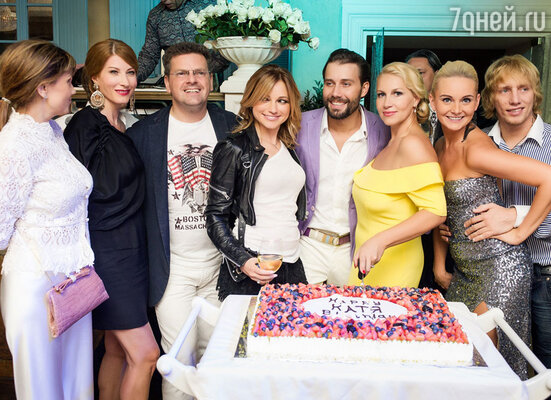 Когда пришло время задуть свечи и разрезать праздничный торт, все гости собрались вокруг именинницы