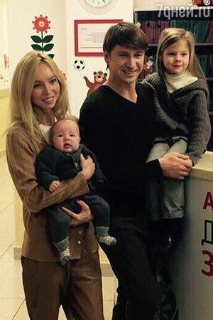 Алексей Ягудин и Татьяна Тотьмянина с дочерьми Мишель и Лизой