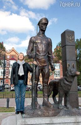 У памятника пограничнику Дмитрий на счастье потер нос бронзовой собаке — таков местный обычай