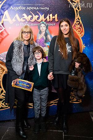 Вера Глаголева с дочерью и внуком