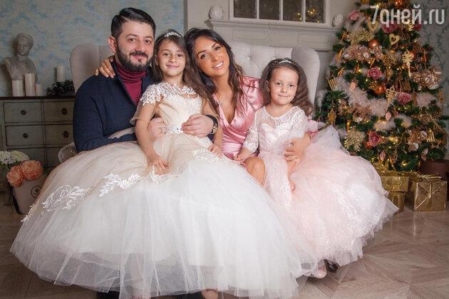 Михаил Галустян с женой Викторией и дочками Эстеллой и Элиной
