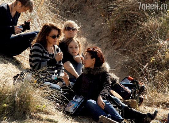 Эмма Уотсон (Гермиона) и Иванна Линч (Полумна Лавгуд)(они по центру) отдыхают в перерыве между съемкамиэпизодов с нападением Пожирателей смерти на дом Полумны