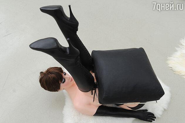 Скульптура Аллена Джонса -  прототип того стула на котором сидит Дарья