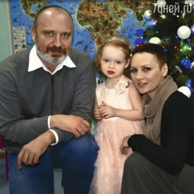 Елена Ксенофонтова с мужем Александром и общей дочкой — Софьей