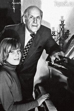 Алиса Фрейндлих с отцом Бруно Артуровичем Фрейндлихом. 1950-е гг.