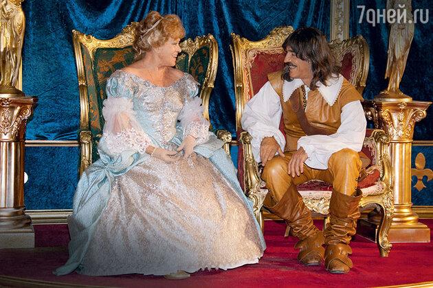 Алиса Фрейндлих и Михаил Боярский на съемках фильма «Возвращение мушкетеров, или Сокровища кардинала Мазарини». 2009 г.