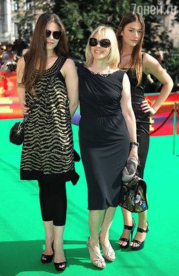 Актриса Вера Глаголева (в центре) с дочерьми Марией и Анастасией