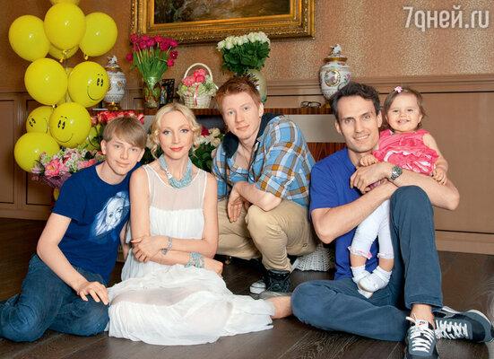 Кристина с мужем Михаилом, сыновьями Никитой и Дени, дочерью Клавой