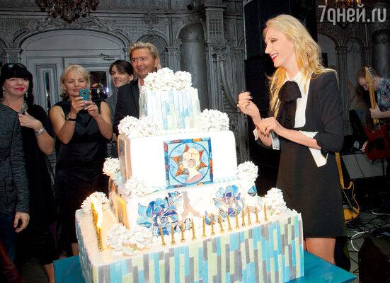 Великолепный именинный торт в стиле чешского художника Альфонса Мухи стал кульминацией праздника