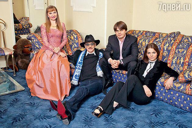 Лариса Луппиан и Михаил Боярский с детьми — сыном Сергеем и дочерью Елизаветой. 2008 г.