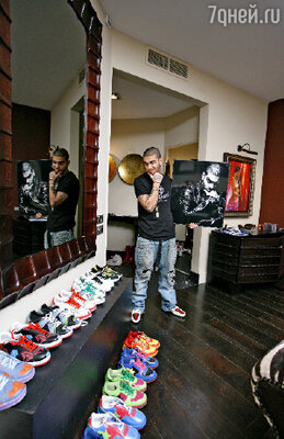 «Я не могу спокойно пройти мимо понравившихся кроссовок или хороших ботинок, обязательно приобрету несколько пар»