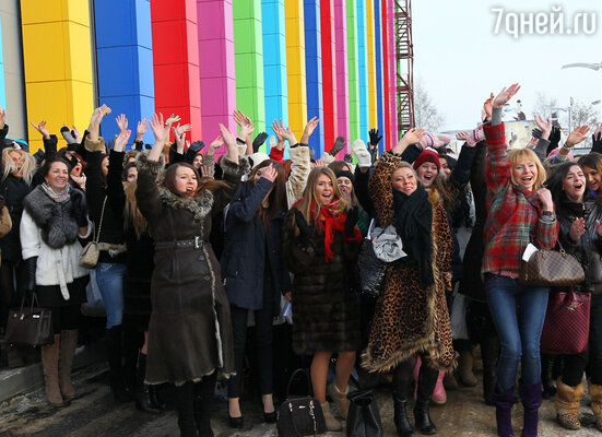 По подсчетам организаторов у здания «Главкино» собралось около двух тысяч претенденток