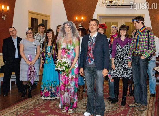 Для свадьбы молодожены выбрали необычные наряды