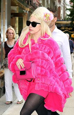 Леди Гага раньше выступала против использования меха в одежде, но недавно разгуливала по Нью-Йорку в экстравагантной ярко-розовой лисьей шубе