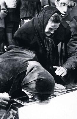 Тетя Шура взяла Валентину  на похороны, которые проходили на родине Стаса