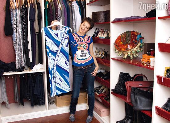 В гардеробной ведущей царит абсолютнейший порядок: вещи развешаны по сезонам, а любимые туфли расставлены по высоте каблуков