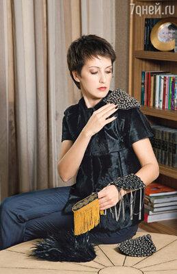 Одно из последних увлечений Юлии — эполеты авторской работы. Стоит приколоть их на плечи — и простой черный пиджак превращается в вечерний наряд