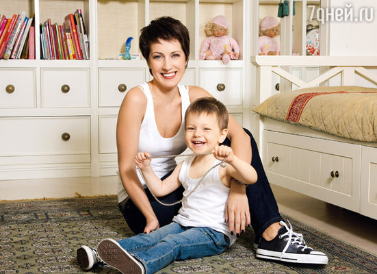 Юля с двухлетней Софией. Обратите внимание — на ногах у мамы и дочки одинаковые кеды!