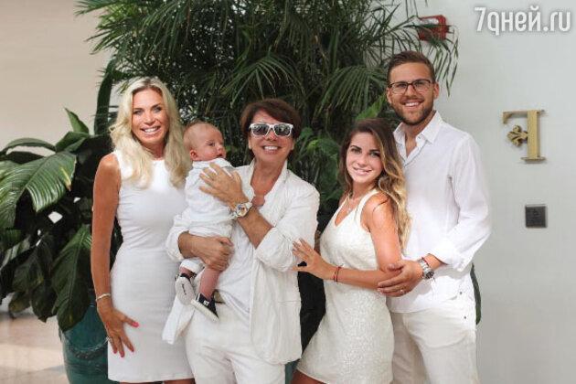 Валентин Юдашкин с супругой Мариной, дочкой Галиной и её мужем Петром и их сыном — Анатолием