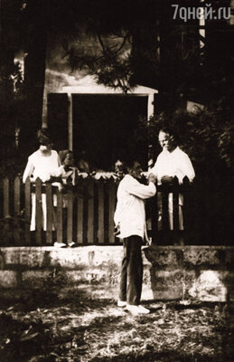 Константин Бальмонт, его дочь Мирра (слева)  и друзья  — супруги Шмелевы.  Вилла «Жаворонок». Капбретон, 1928 г.