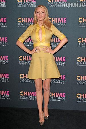 Блейк дополнила образ крупными коктельными кольцами, крупными золотистыми сережками и туфлями на каблуке от Christian Louboutin
