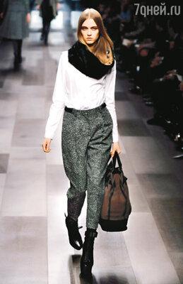 Укороченные брюки-«бананы» — писк этого сезона. «Burberry»
