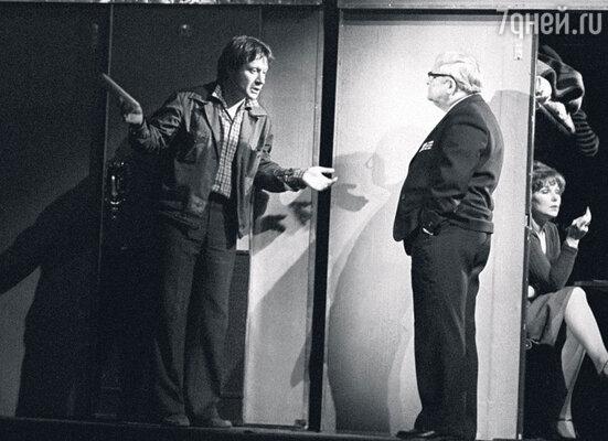 Георгий Менглет и Андрей Миронов в спектакле Театра сатиры «Мы,нижеподписавшиеся». 1980 г.